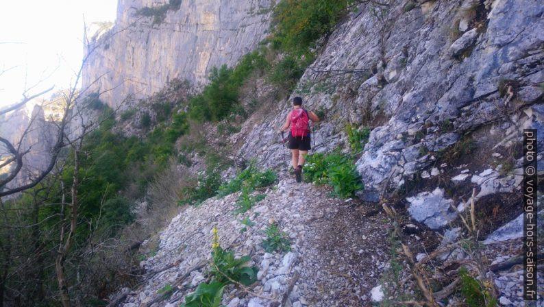 Alex sur chemin sous le Pas de l'Allier après les lacets. Photo © André M. Winter