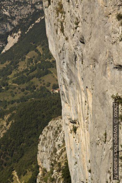 La falaise verticale au nord du Pas des Voûtes. Photo © André M. Winter