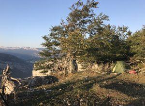 Notre tente au bord des Rochers du Bournillon. Photo © Alex Medwedeff