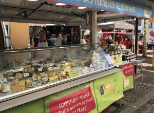 Stand de fromage au marché de St. Marcelin. Photo © Alex Medwedeff