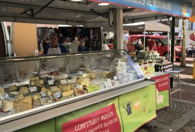 Stand de fromage au marché de St. Marcelin. Photo © Alex Medwedeff