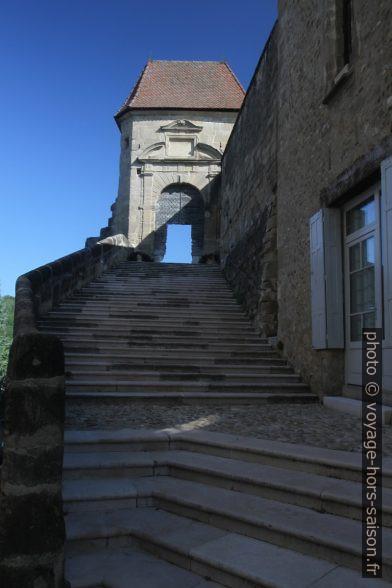 Grand escalier menant au parvis avec la porte du 17e siècle. Photo © Alex Medwedeff