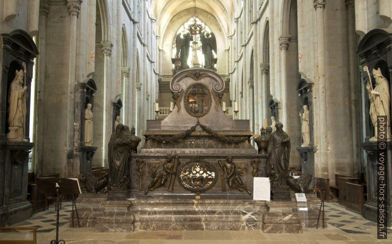 L'autel principal de l'abbatiale contenant la châsse de saint Antoine. Photo © André M. Winter