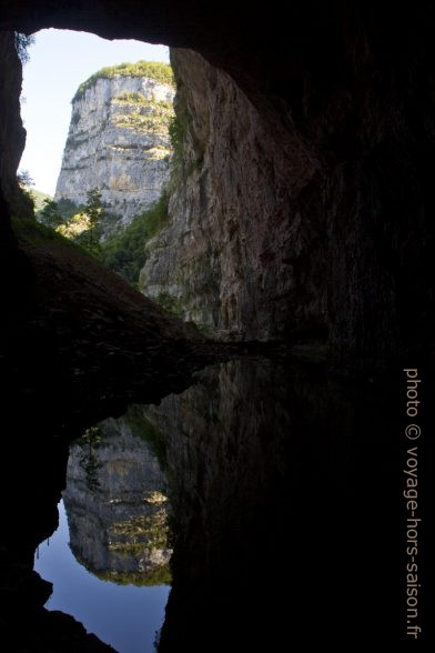 Rocher de la Serre de la Marquise et sont reflet dans le lac de Grotte du Bournillon. Photo © Alex Medwedeff