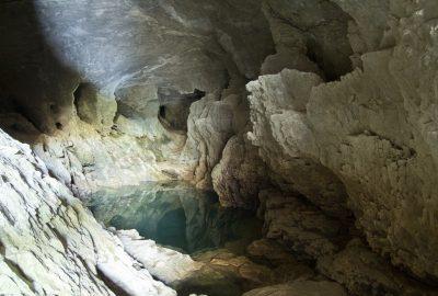 Partie arrière de la salle basse de la Grotte du Bournillon. Photo © André M. Winter