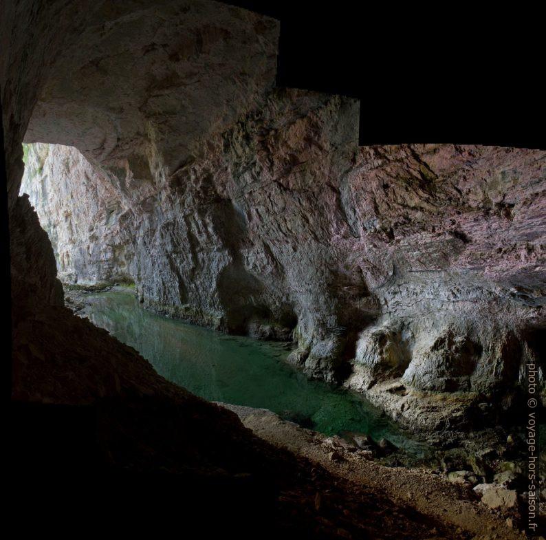 L'accès et le lac de la Grotte du Bournillon. Photo © Alex Medwedeff