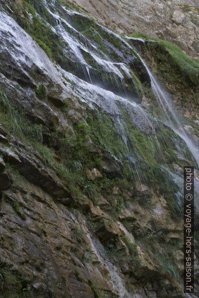 Fils d'eau de la cascade du Moulin Marquis en longue exposition. Photo © Alex Medwedeff