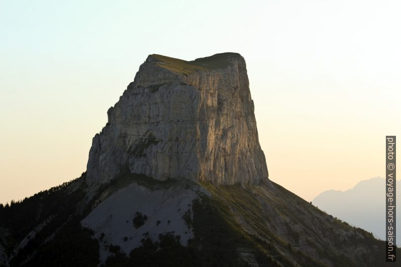 Le Mont Aiguille au lever du soleil. Photo © André M. Winter