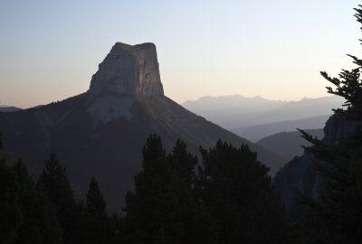 Le Mont Aiguille au lever du soleil. Photo © Alex Medwedeff