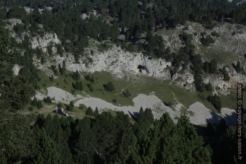 Le mémorial et les grottes du Pas de l'Aiguille. Photo © André M. Winter