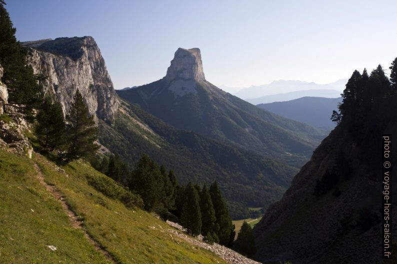 Le Mont Aiguille vu du chemin vers la grotte des résistants. Photo © Alex Medwedeff