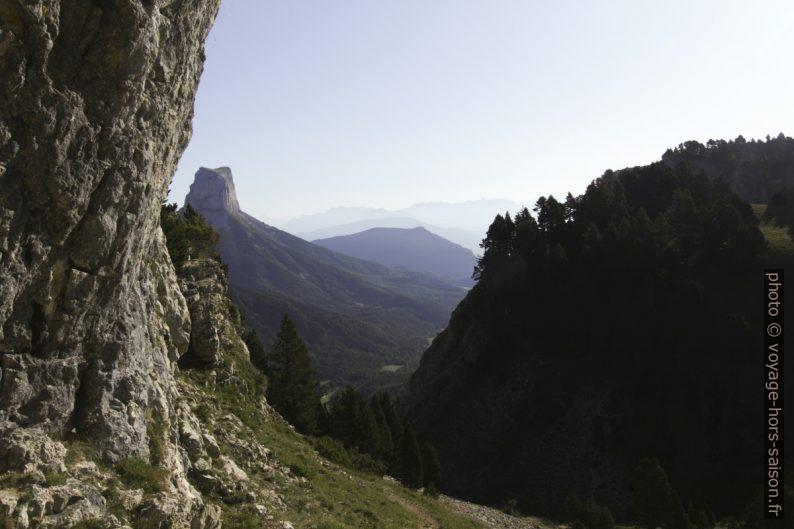Vue de la grotte des résistants vers le Mont Aiguille. Photo © André M. Winter
