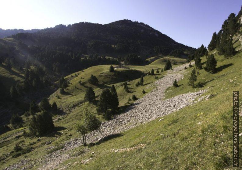 Le chemin entre la grotte et le mémorial du Pas de l'Aiguille. Photo © André M. Winter