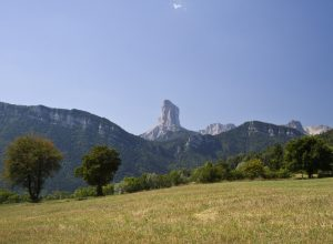 Le Mont Aiguille vu de Maison Dumas. Photo © Alex Medwedeff