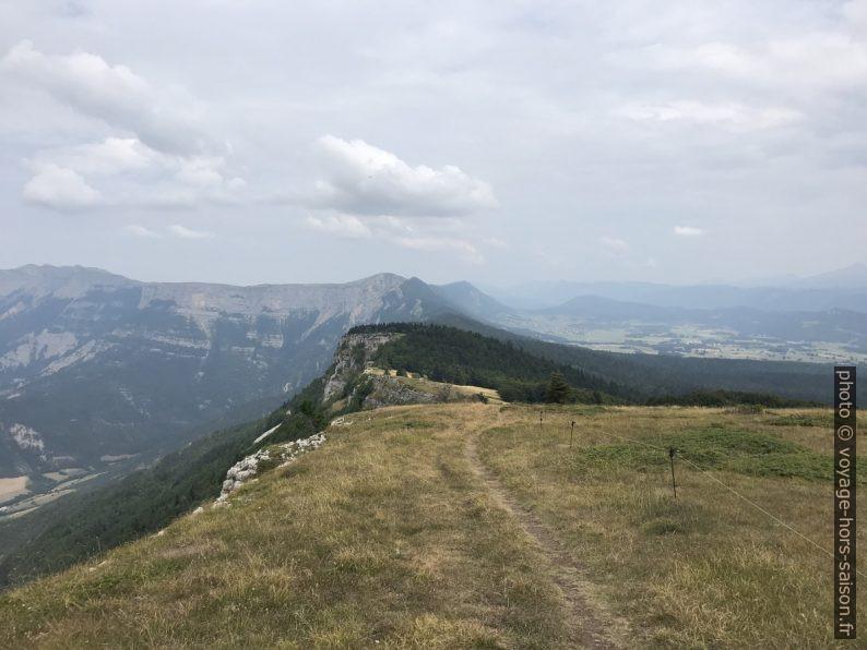 Vue vers le Pas Forent et le Puy de la Gagère. Photo © Alex Medwedeff