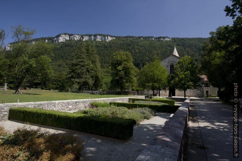 Jardin du parvis de l'église abbatiale de Léoncel. Photo © André M. Winter