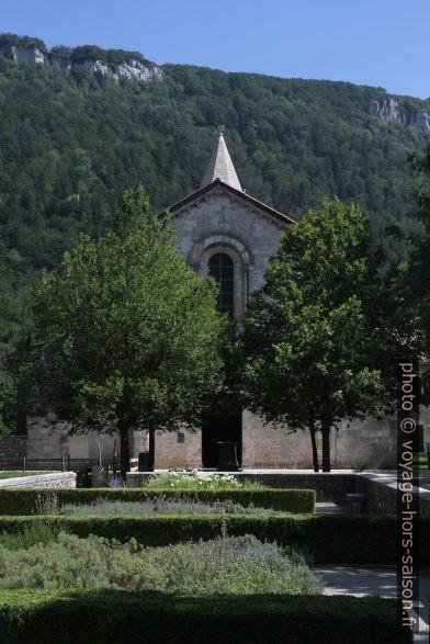 Jardin du parvis de l'église abbatiale de Léoncel. Photo © Alex Medwedeff