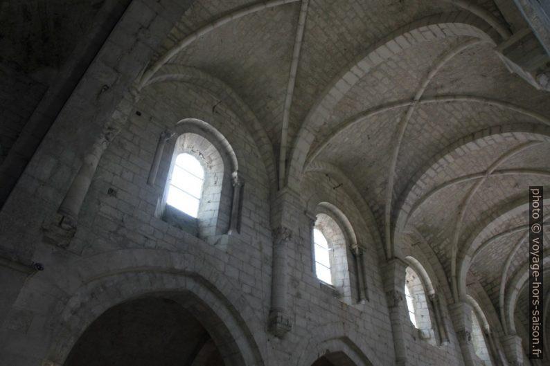 Voûtes de la nef de Léoncel aux élans pré-gothiques. Photo © Alex Medwedeff