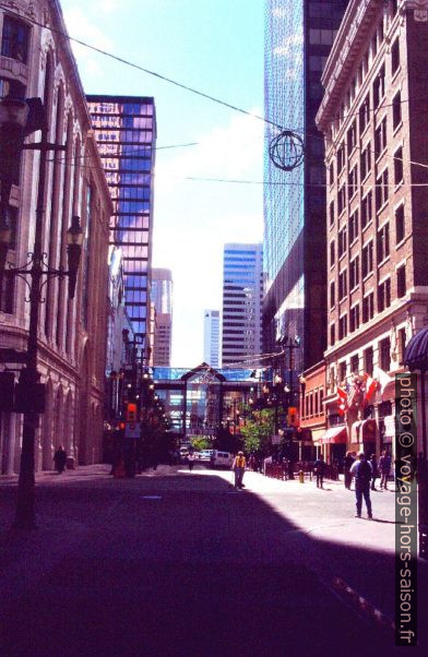 Stephen Avenue avec un skyway. Photo © André M. Winter