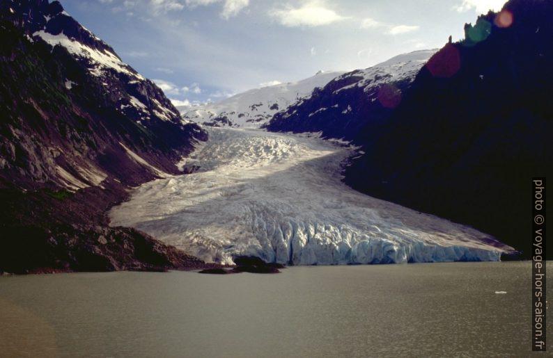 Le Bear Glacier et le lac à son peid. Photo © André M. Winter