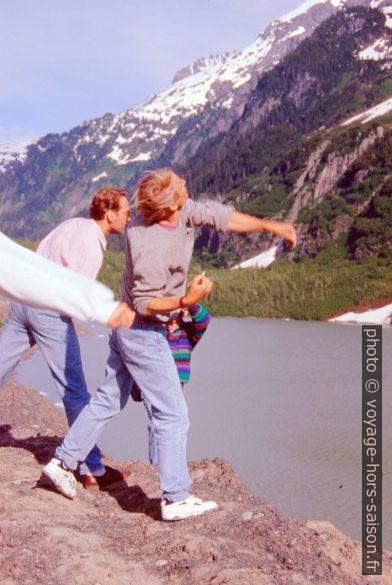 Lacer de pierres pour atteindre des glaçons sur le lac. Photo © André M. Winter