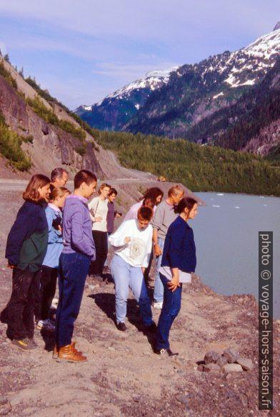 Le groupe regarde l'arrivée des pierres lancés. Photo © André M. Winter