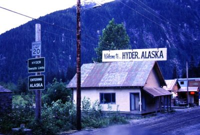 Panneau Entering Hyder, Alaska. Photo © André M. Winter