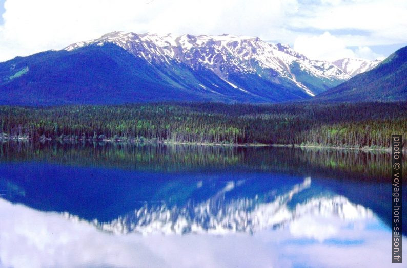 Le Kinaskan Lake avec le reflet des montagnes. Photo © André M. Winter