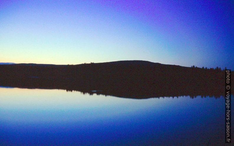 Le Wye Lake au soleil de minuit. Photo © André M. Winter