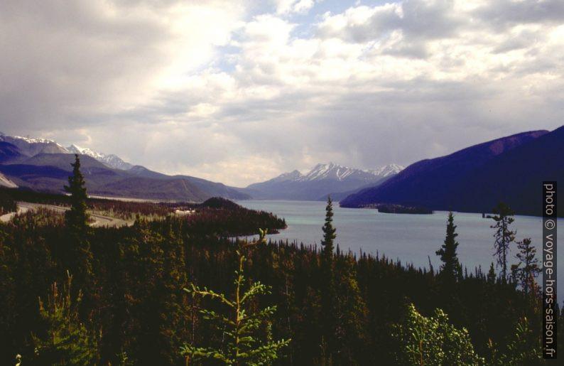 Vue par dessus le Muncho Lake du nord au sud. Photo © André M. Winter