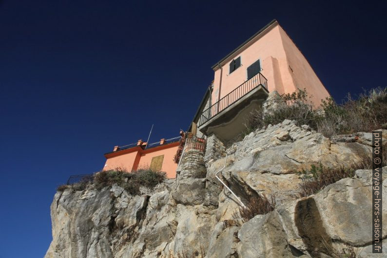 Maisons au-dessus de la côte rocheuse sous Tellaro. Photo © Alex Medwedeff