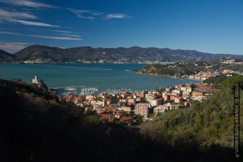 Ville de Lerici et le Golfe de la Spezia. Photo © Alex Medwedeff