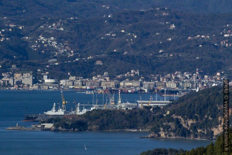Vue vers le port commercial de la Spezia. Photo © André M. Winter