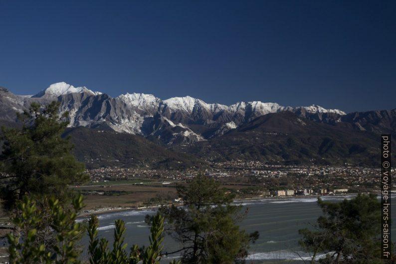 Montagnes de Carrare enneigées dans les Alpes Apuanes. Photo © Alex Medwedeff
