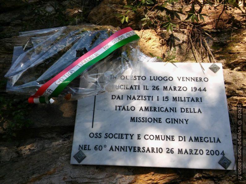 Plaque commémorative de l'exécution par les nazis de 15 soldats américains le 26 mars 1944 à la Punta Bianca. Photo © André M. Winter