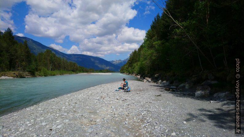 Alex sur un banc de galets au bord de la rivière Lech. Photo © André M. Winter