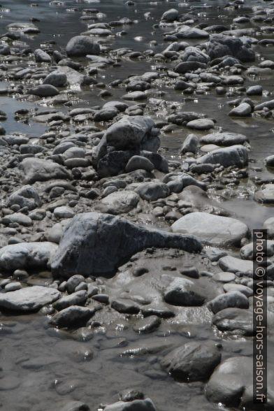 Galets de calcaire dans la rivière Lech. Photo © Alex Medwedeff