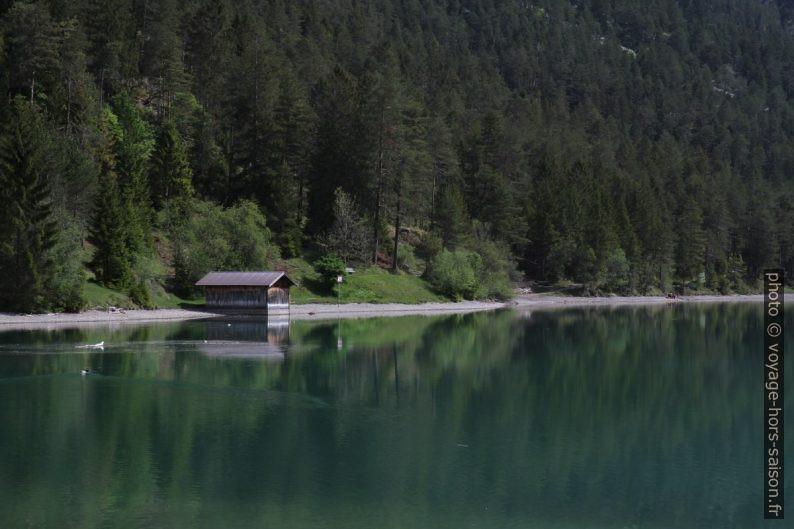 Un abri de bateau au bord du lac Heiterwanger See. Photo © Alex Medwedeff