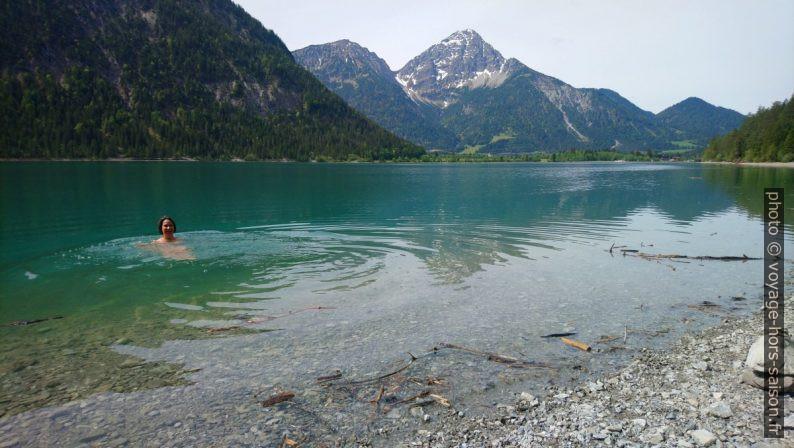Alex nage dans le lac Heiterwanger See. Photo © André M. Winter