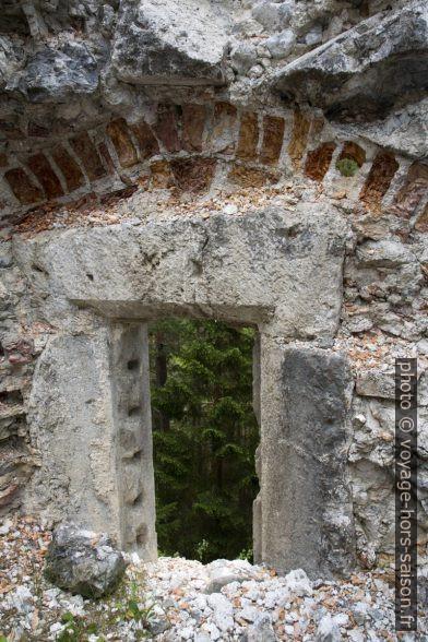 Briques cuites érodés de la ruine Sigmundsburg. Photo © Alex Medwedeff