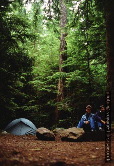 André et Christian avec leur tente sous les douglas verts. Photo © André M. Winter