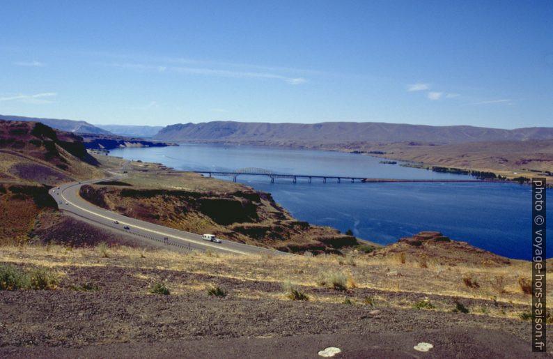 Pont de l'I90 sur le Columbia River retenu par le Wanapum Dam. Photo © André M. Winter