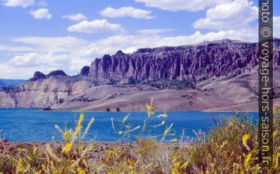 Blue Mesa Lake et cheminées de fée. Photo © André M. Winter