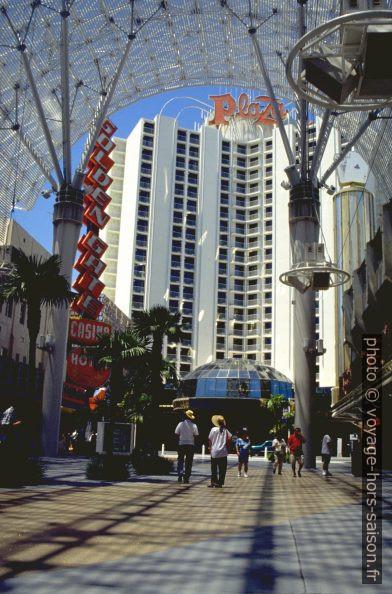 Le Plaza Hotel vue de la Fremont Street. Photo © André M. Winter