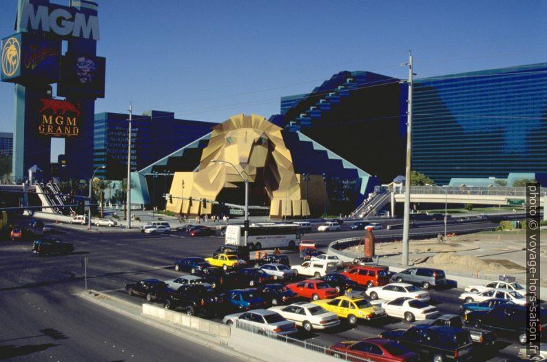 Entrée sous la tête du lion dans l'hôtel MGM en 1996. Photo © André M. Winter
