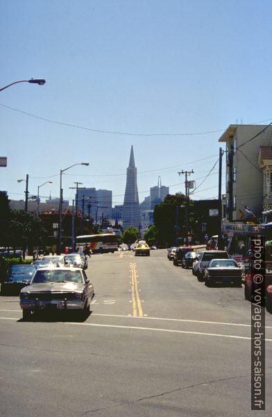 Columbus Avenue et le Transamerica Pyramid Tower. Photo © André M. Winter