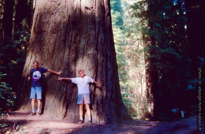 Christan et André devant la base du tronc d'un redwood. Photo © André M. Winter