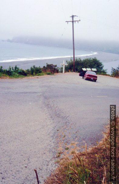 Pli dans l'asphalte dû à un tremblement de terre. Photo © André M. Winter