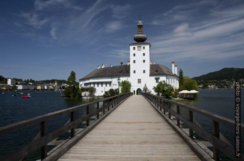 La passerelle vers le château lacustre d'Ort. Photo © Alex Medwedeff