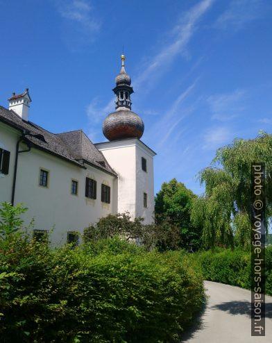 Une des quatre tours d'angle du château terrestre d'Ort. Photo © André M. Winter